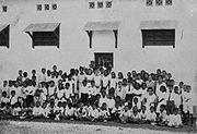 COLLECTIE TROPENMUSEUM Groepsportret van de 4de tot en met 7de klas van de school met de Bijbel te Semarang TMnr 60024368.jpg