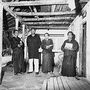 COLLECTIE TROPENMUSEUM Ouderlingen in Ullath op weg naar zieke en bedlegerige mensen om te bidden en bijbel te lezen TMnr 20000203.jpg